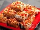 Рецепта Хапки от печени филийки с червени чушки, яйца, шунка и сирене на фурна